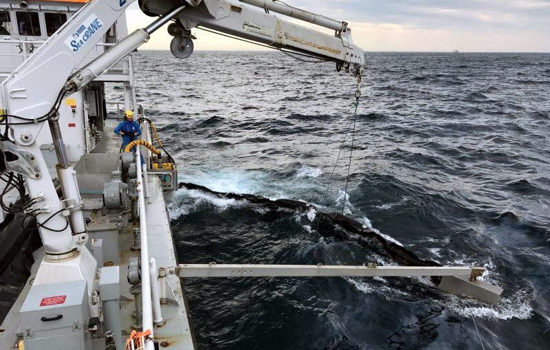 Kustbevakningen tar upp olja