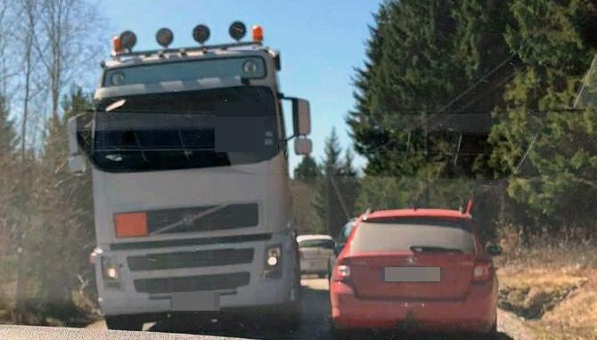 Buss beskjuten under fard ruta krossad