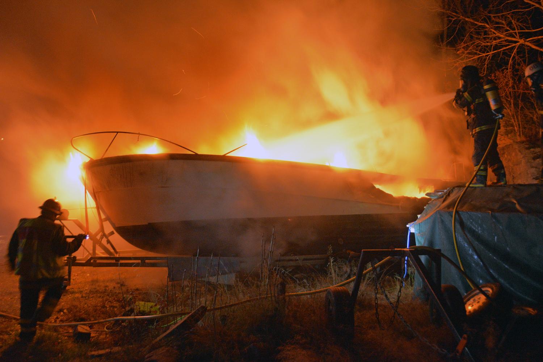 ORUST: Båt på land brann i Långelanda – fb