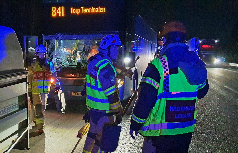 STENUNGSUND: Buss och personbil med släp i olycka på E6 – NYHETERsto.se – fb