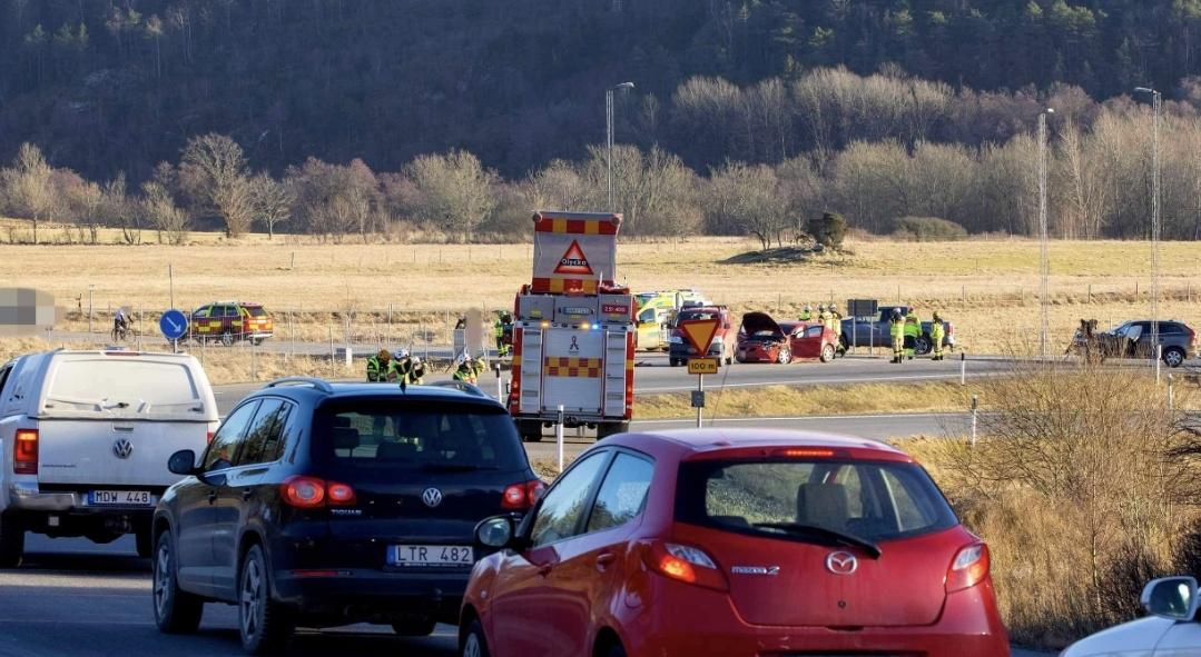 Tre personbilar i krock på Jörlandamotet - Inga personskador