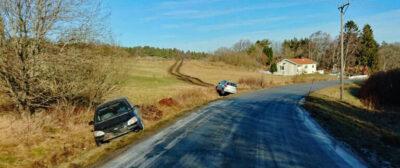 Trafikolycka vid Rävlanda - Två bilar i diket