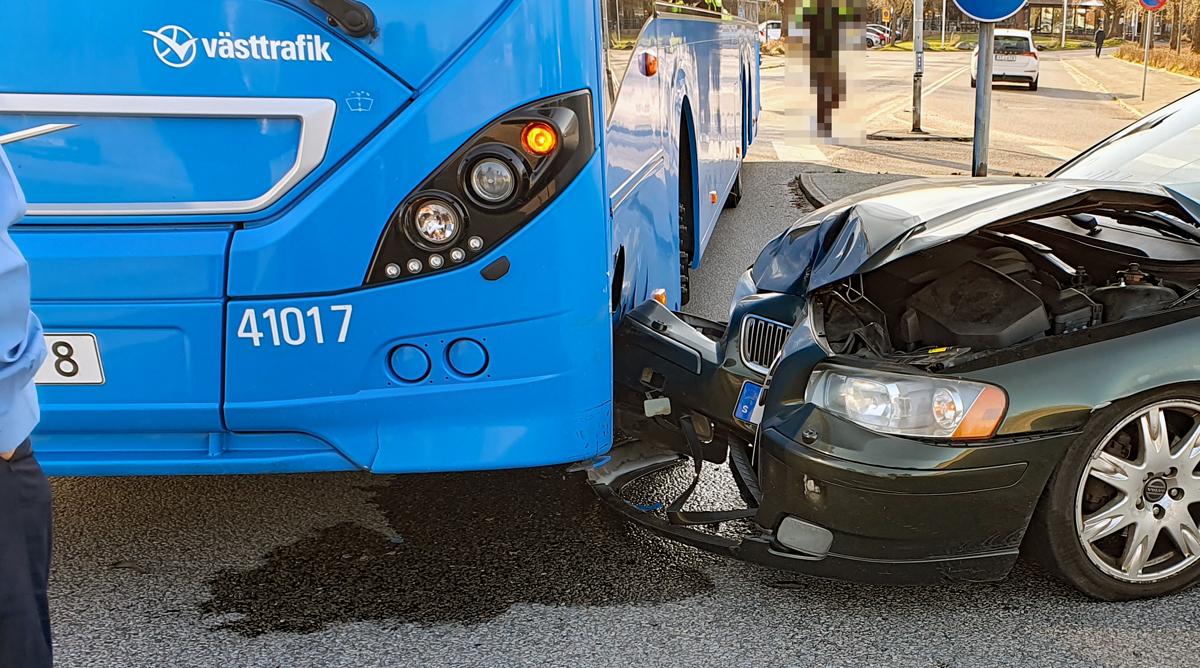 Buss och personbil i olycka