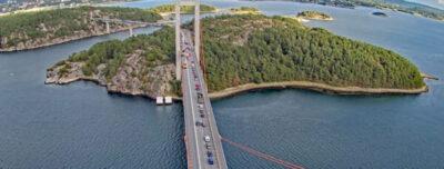 Tre personbilar i kollision på Tjörnbron - En person till till sjukhus